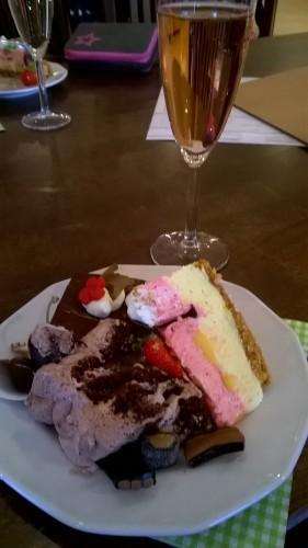 Suklaakakkua, lisää suklaakakkua, juustokakkua... kakkua!
