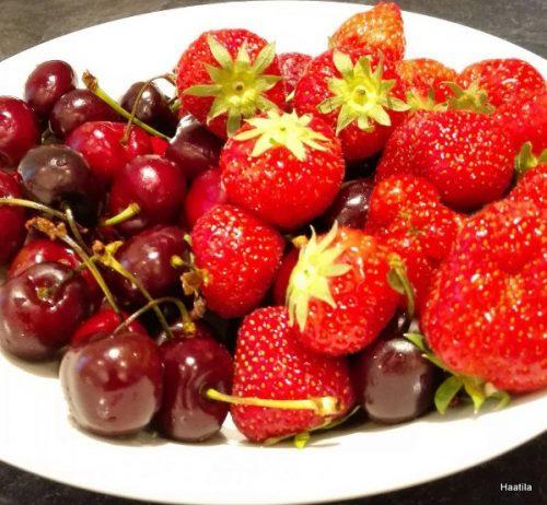 Kirsikoita ja mansikoita