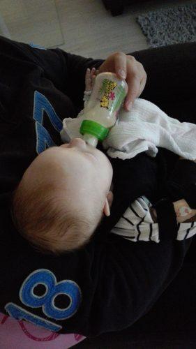 Vauva pullolla
