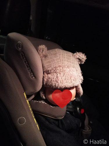 Vauva turvaistuimessa